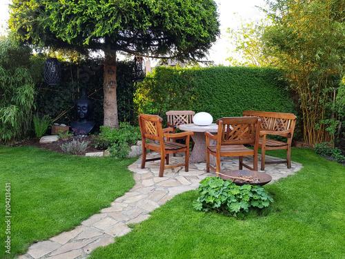 Aluminium Prints Garden Gemütliche Sitzecke im Garten