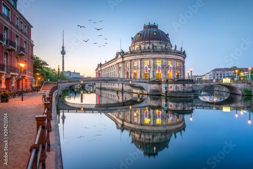 Photo Stands Berlin Museumsinsel mit Bode Museum und Fernsehturm in Berlin, Deutschland