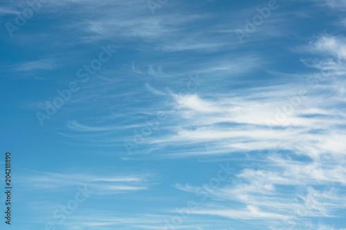 Błękitne niebo z białymi obłokami - tło
