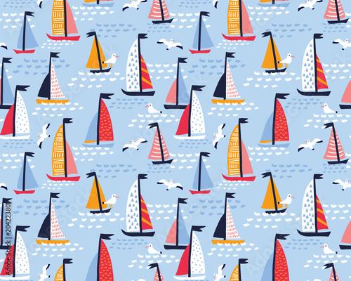 Stoffe zum Nähen Nahtlose Vektormuster mit handgezeichneten Segelyachten und Möwen. Sommer hellen Hintergrund für Stoff-Design.