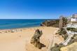 Playa de la ciudad de Albufeira un día soleado de julio, Algarve, Portugal