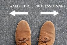 Chaussures Devant Des Flèches Indiquant Amateur Et Professionnel