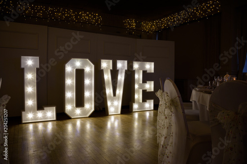 Fotografía  Illuminated Love sign in large letters at a wedding reception