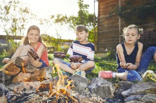 Obraz Children enjoy campfire - fototapety do salonu