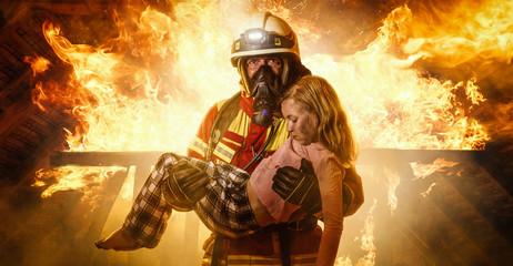 Strażak ratuje dziecko - panorama