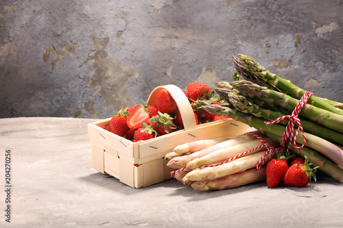 Fototapety, obrazy: White and green asparagus with strawberries
