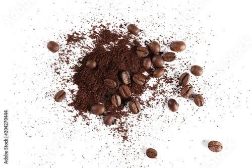 Stos proszek, natychmiastowa kawa i fasole odizolowywający na białym tle, odgórny widok