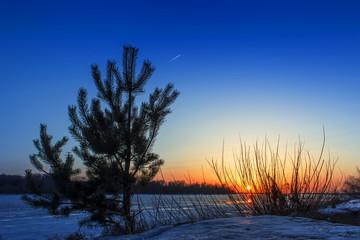 Fototapeta na wymiar Spring sunset on the Volga River.