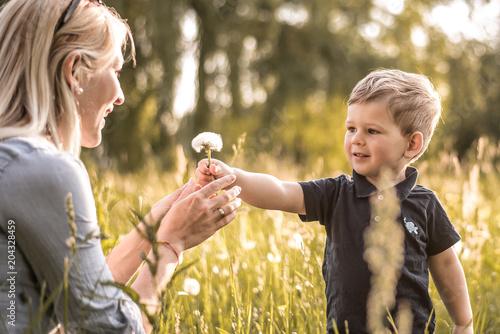 Fotografija Sohn schenkt seiner Mutter eine Blume