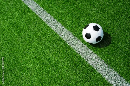Fussball Ball neben der Markierung Linie auf grünem Kunstrasen am Feld Wallpaper Mural