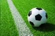 canvas print picture - Fussball Ball neben der Markierung Linie auf grünem Kunstrasen am Feld
