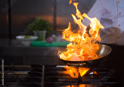 Papiers peints Pierre precieuse Chef doing flambe on food