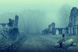Ruiny starego pałacu w tajemniczym i mglistym nastroju