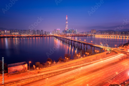 In de dag Seoel Seoul City Skyline at Hangung river of lotte tower in Seoul, South korea.