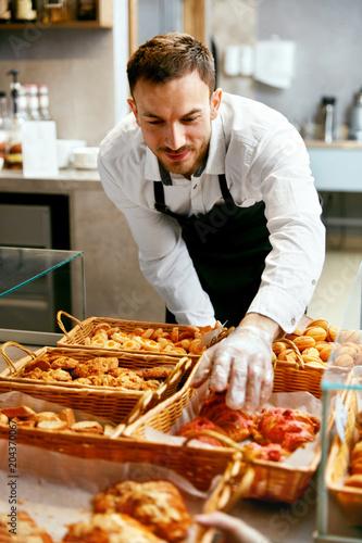 In de dag Bakkerij Man Selling Bakery In Pastry Shop