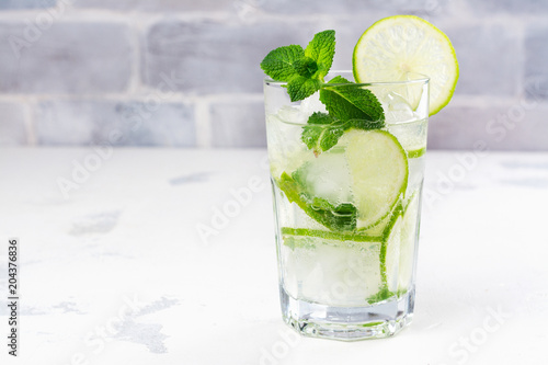 Poster Eclaboussures d eau Mojito cocktail in highball glass