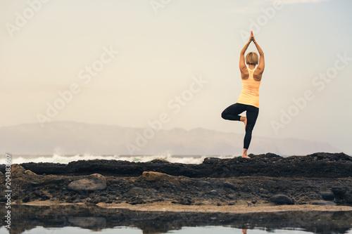 Poster Ecole de Yoga Yoga girl meditating and relaxing in yoga pose, ocean view