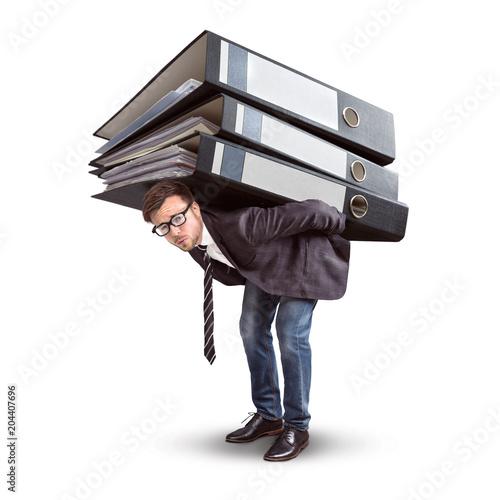 Mann trägt einen riesigen Stapel Aktenordner