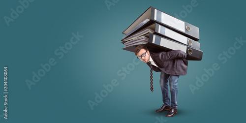 Fotografía  Mann trägt einen riesigen Stapel Aktenordner