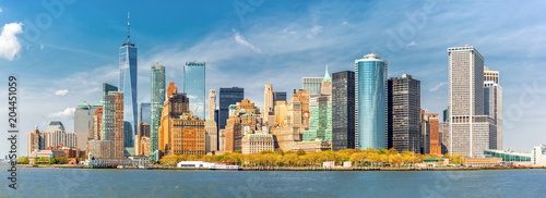 Photo sur Aluminium New York Downtown New York skyline panorama viewed from a boat sailing the Upper Bay