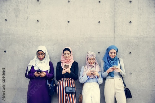 Fotografía  Group of islamic girls using smart phone