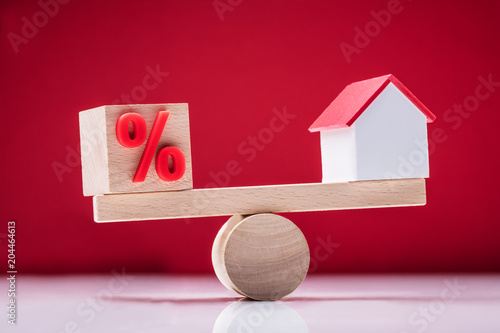 Papiers peints Secheresse Seesaw Showing Balance Between Percentage Symbol And House Model