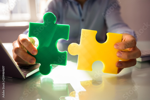 Papiers peints Fete, Spectacle Businessperson's Hand Holding Two Jigsaw Puzzle