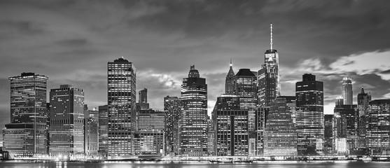 Panel SzklanyBlack and white panoramic picture of Manhattan skyline at night, New York City, USA.