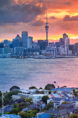 Poster Océanie Auckland. Cityscape image of Auckland skyline, New Zealand during sunset with the Davenport in the foreground.