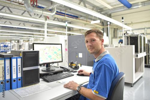 Ingenieur am Arbeitsplatz in einer Fabrik zur Herstellung und Entwicklung von El Canvas-taulu