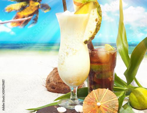 Foto op Aluminium Cocktail Pina Colada mit Cuba Libre am Strand