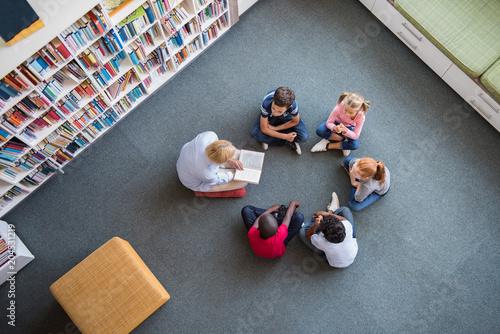Plakaty do biblioteki children-listening-a-fairy-tale