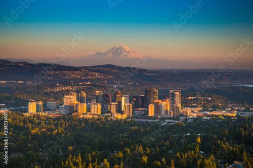 Fotografía  Downton Bellevue, Washington with Mt. Rainier