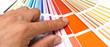 canvas print picture - Grafiker sucht Farbe aus Farbkarte aus