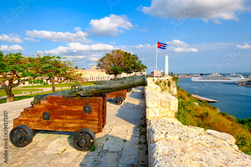 Fotobehang Centraal-Amerika Landen Cannons on an old colonial fortress and a view of Havana