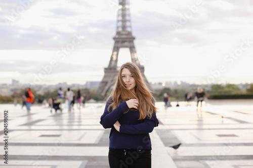 mloda-kobieta-stoi-w-tle-wiezy-eiffla-w-paryzu-koncepcja-znanych-zabytkow-we-francji-i-turystyki