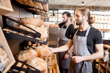 Prodavači koji rade u pekarnici