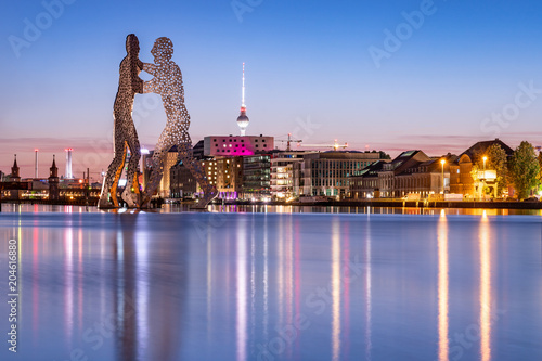Fotobehang Berlijn Blick über die Spree mit Molecule Man und Skyline von Berlin