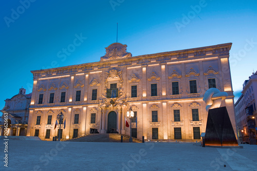 Foto op Aluminium Centraal Europa Castille place with castle at Valletta night