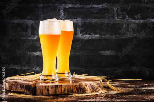 Fotobehang Bier / Cider Weissbier Glas auf einem dunkelem Hintergrund