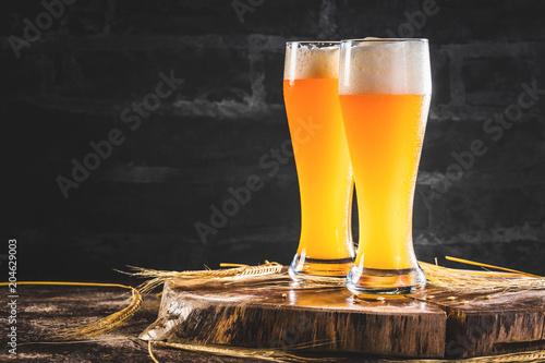 Foto op Plexiglas Bier / Cider Weissbier Glas auf einem dunkelem Hintergrund