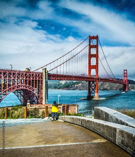 Tuinposter Amerikaanse Plekken World famous Golden Gate bridge under a cloudy sky