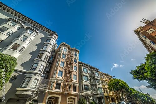 Tuinposter Amerikaanse Plekken Victorian buildings under a clear sky