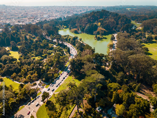 Tuinposter Amerikaanse Plekken Aerial view of a Green lake park in San Francisco