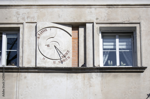 In de dag Oude gebouw Ancient sundial on the external wall of building in Warsaw