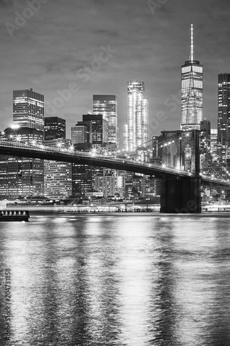 Foto op Canvas New York City Black and white picture of the Brooklyn Bridge and Manhattan at night, New York City, USA.