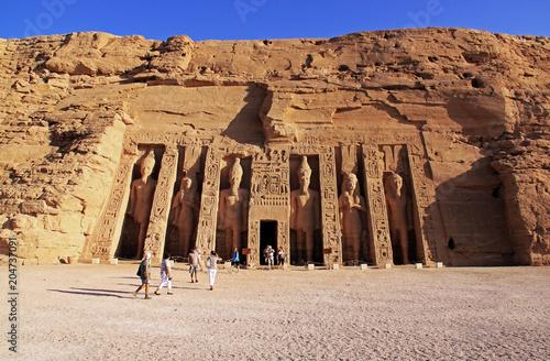 Fotografia, Obraz  Des touristes devant le Petit Temple d'Abou Simbel en Egypte