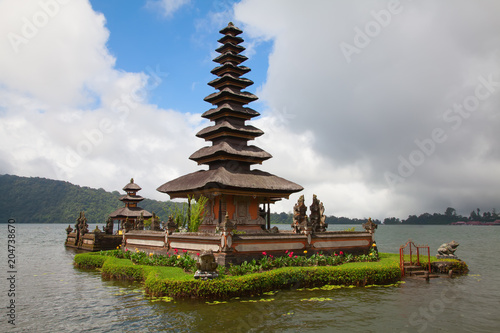 Tuinposter Asia land Water temple