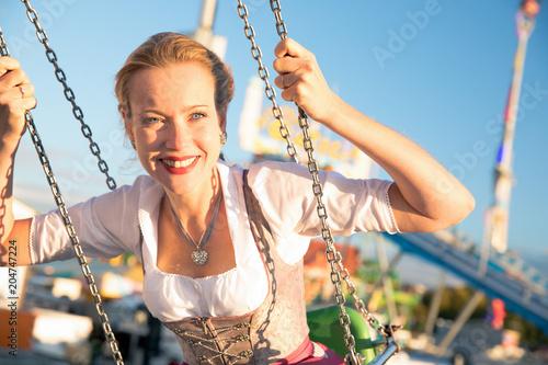 Fotografie, Obraz  Junge hübsche Frau Mädchen im Dirndl Kleid hat Spass auf dem Oktoberfest Frühlin