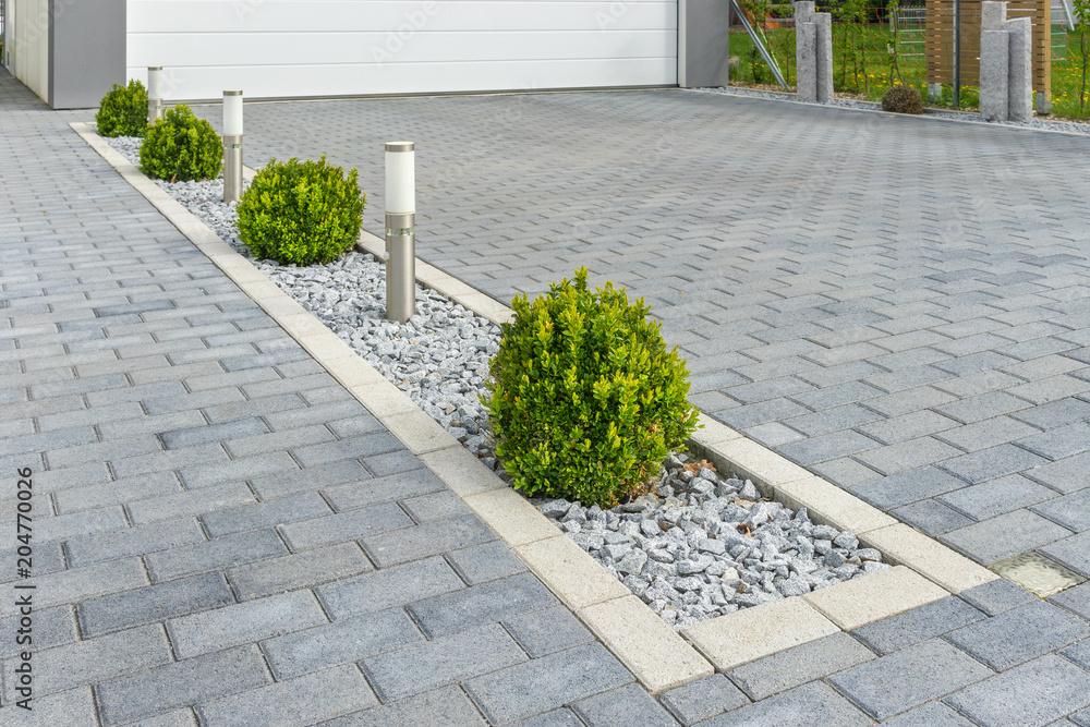 Fototapeta Modern gestaltete Garageneinfahrt